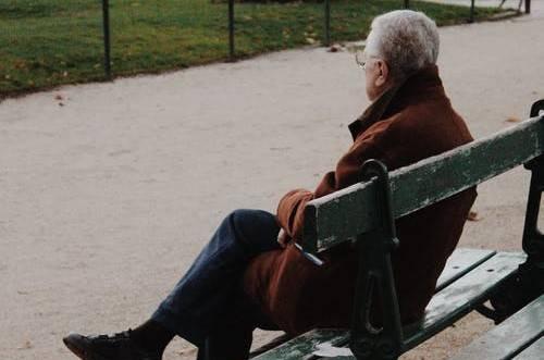老⼈「孤獨症」比抽菸、肥胖死亡率更⾼!
