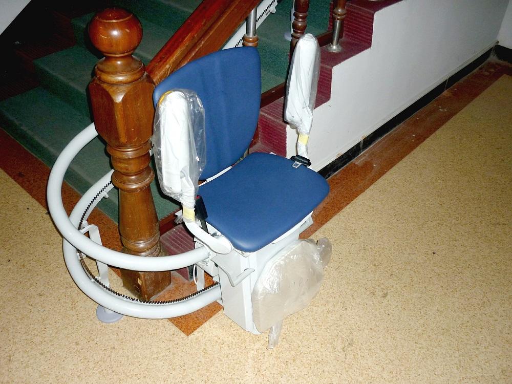 義守大學樓梯升降椅,收摺後更不佔空間