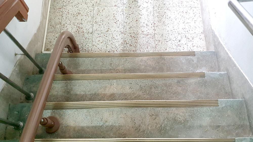 泓電樓梯升降椅軌道不佔空間