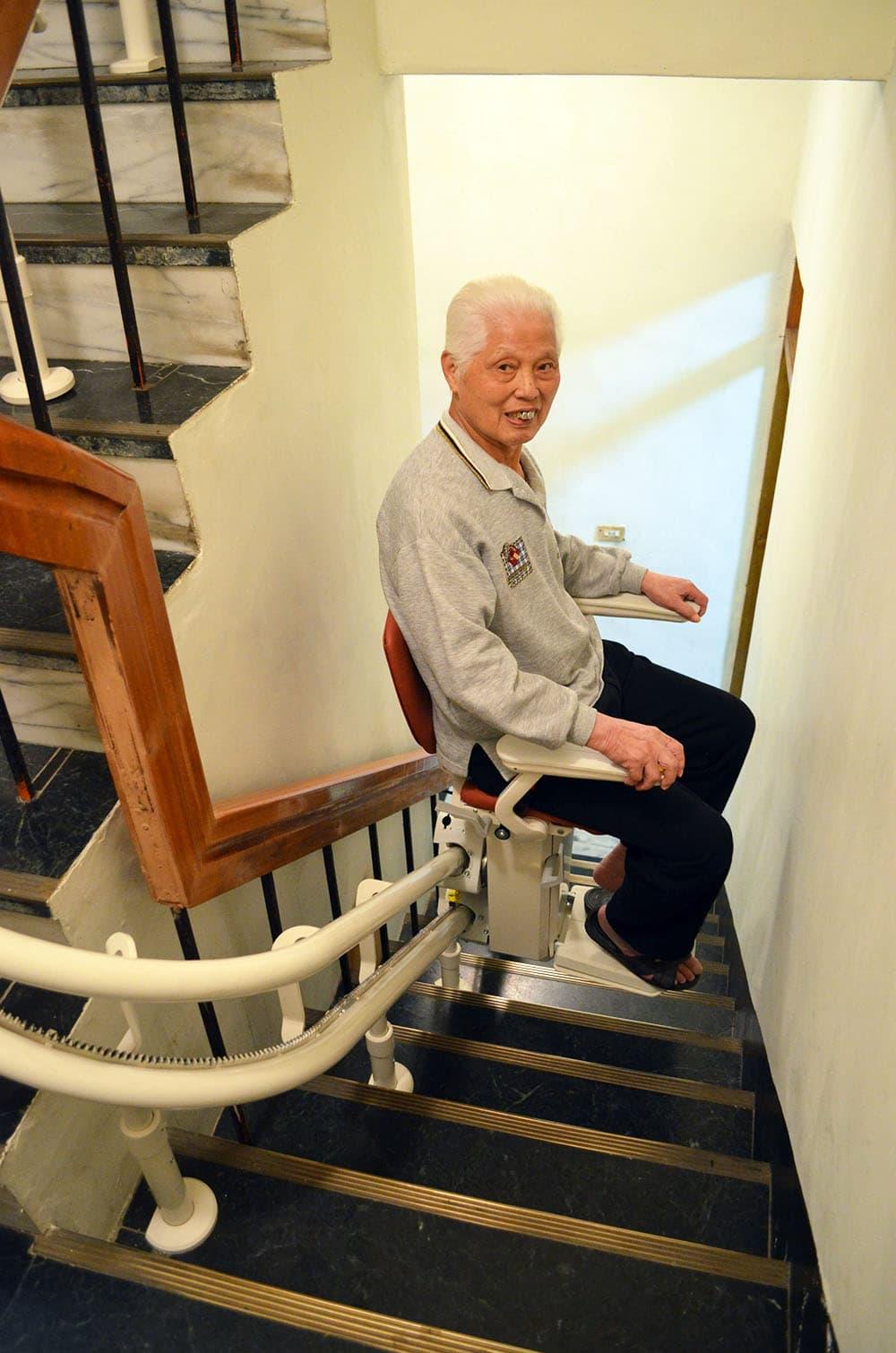 曾伯伯推薦泓電樓梯升降椅