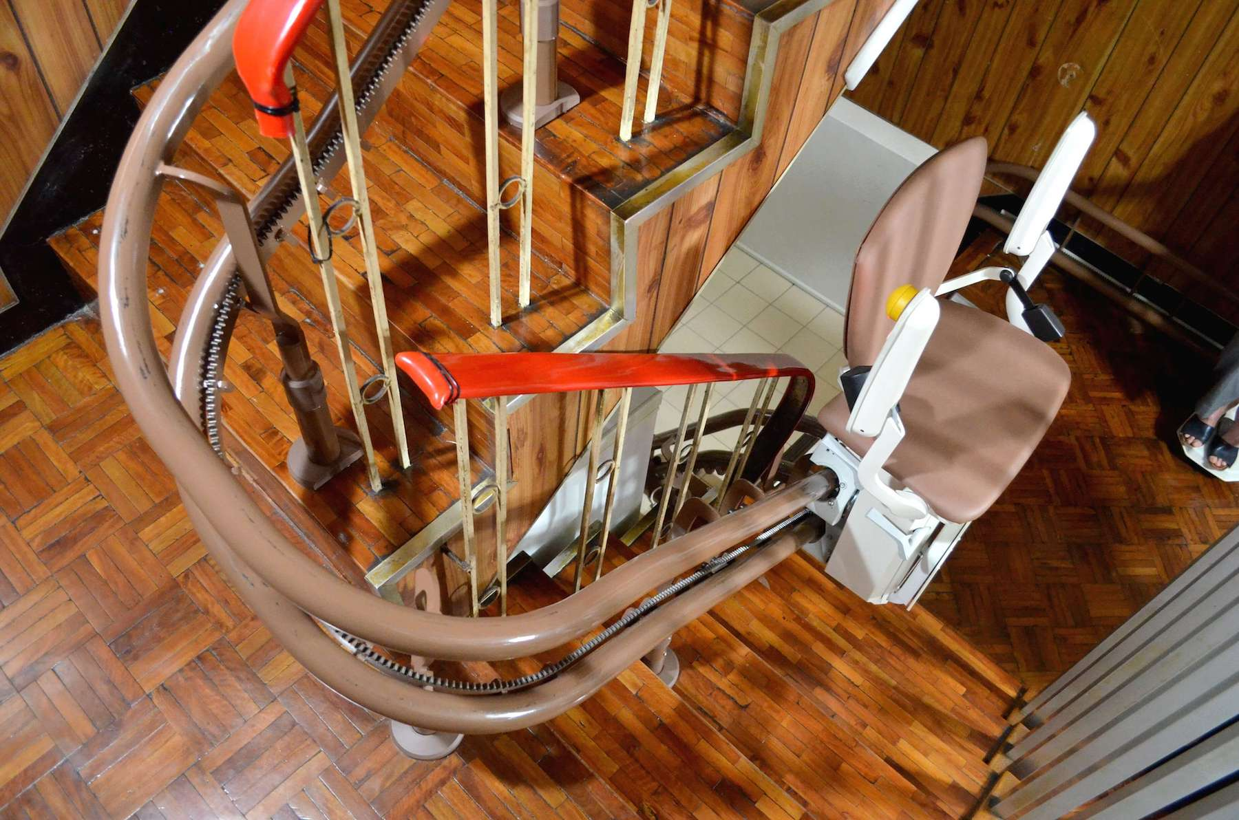 Otolift彎曲型樓梯升降椅,坐著上下樓梯