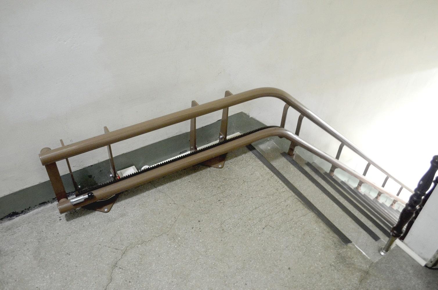 泓電樓梯升保養膝蓋