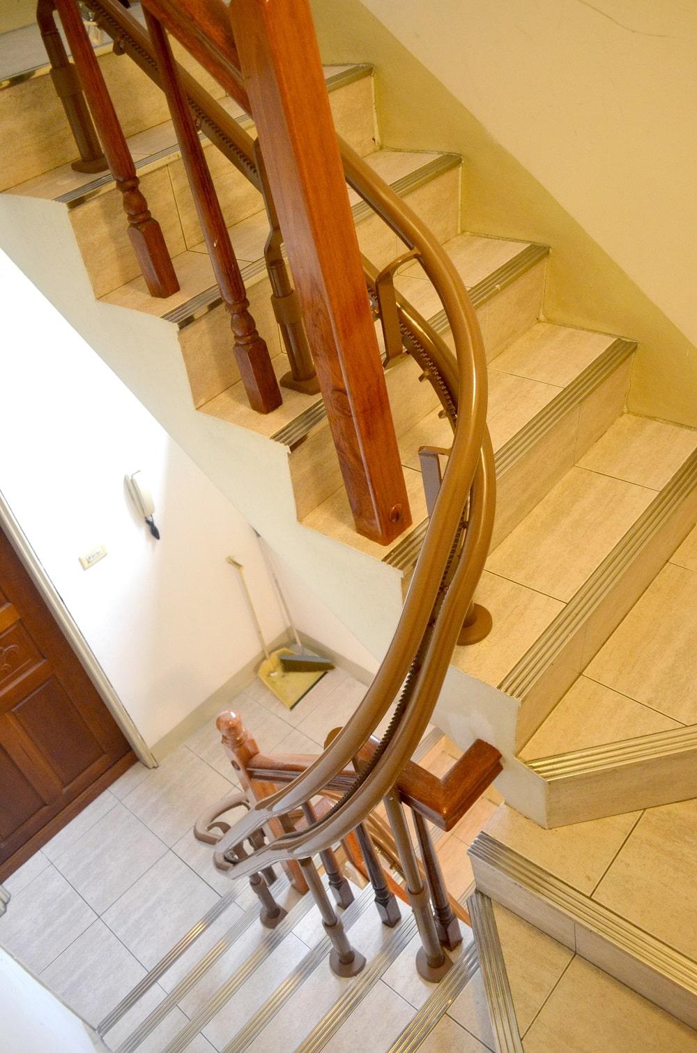泓電樓梯升降椅轉彎