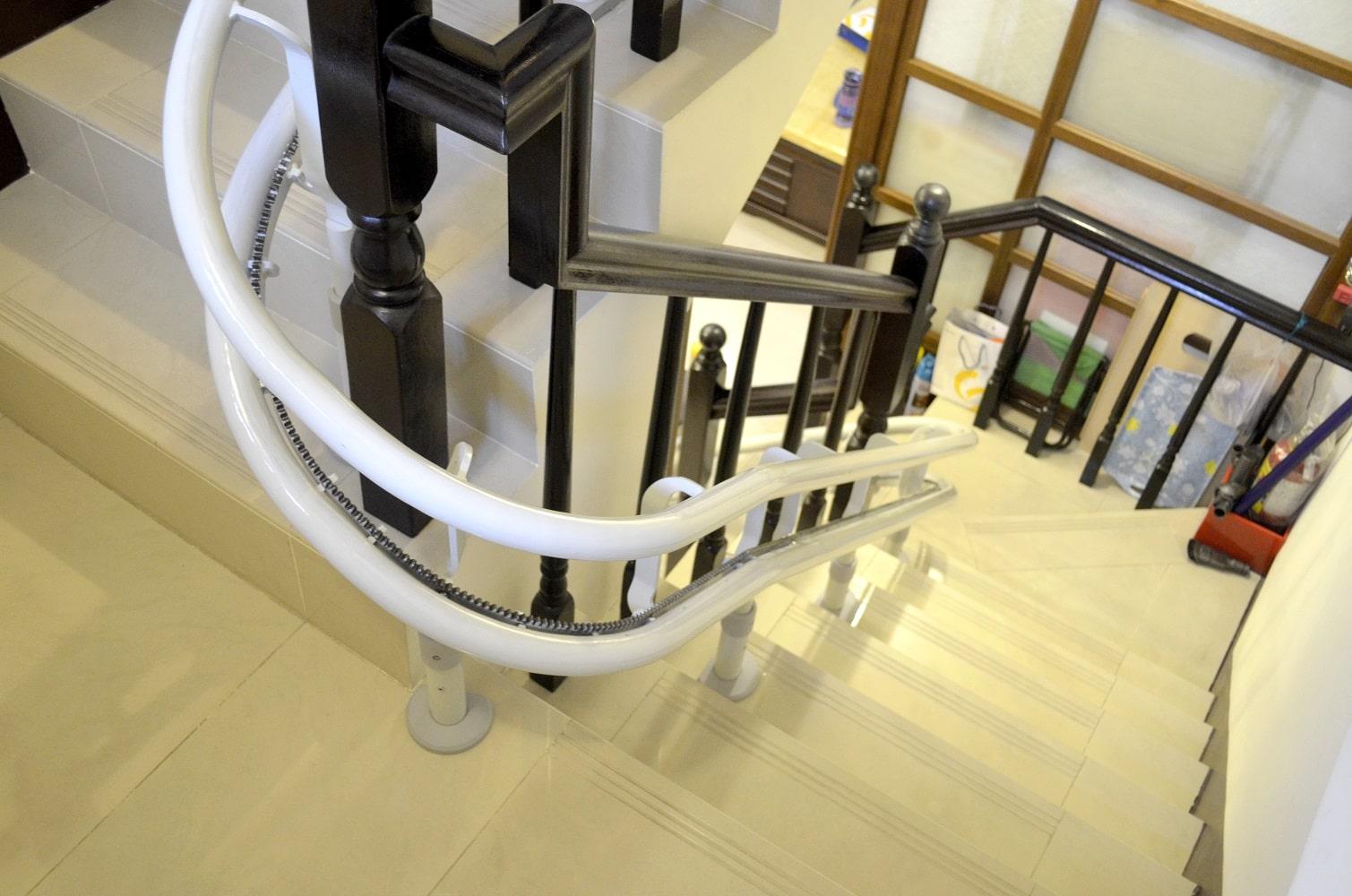 泓電樓梯座椅彎曲型軌道設計