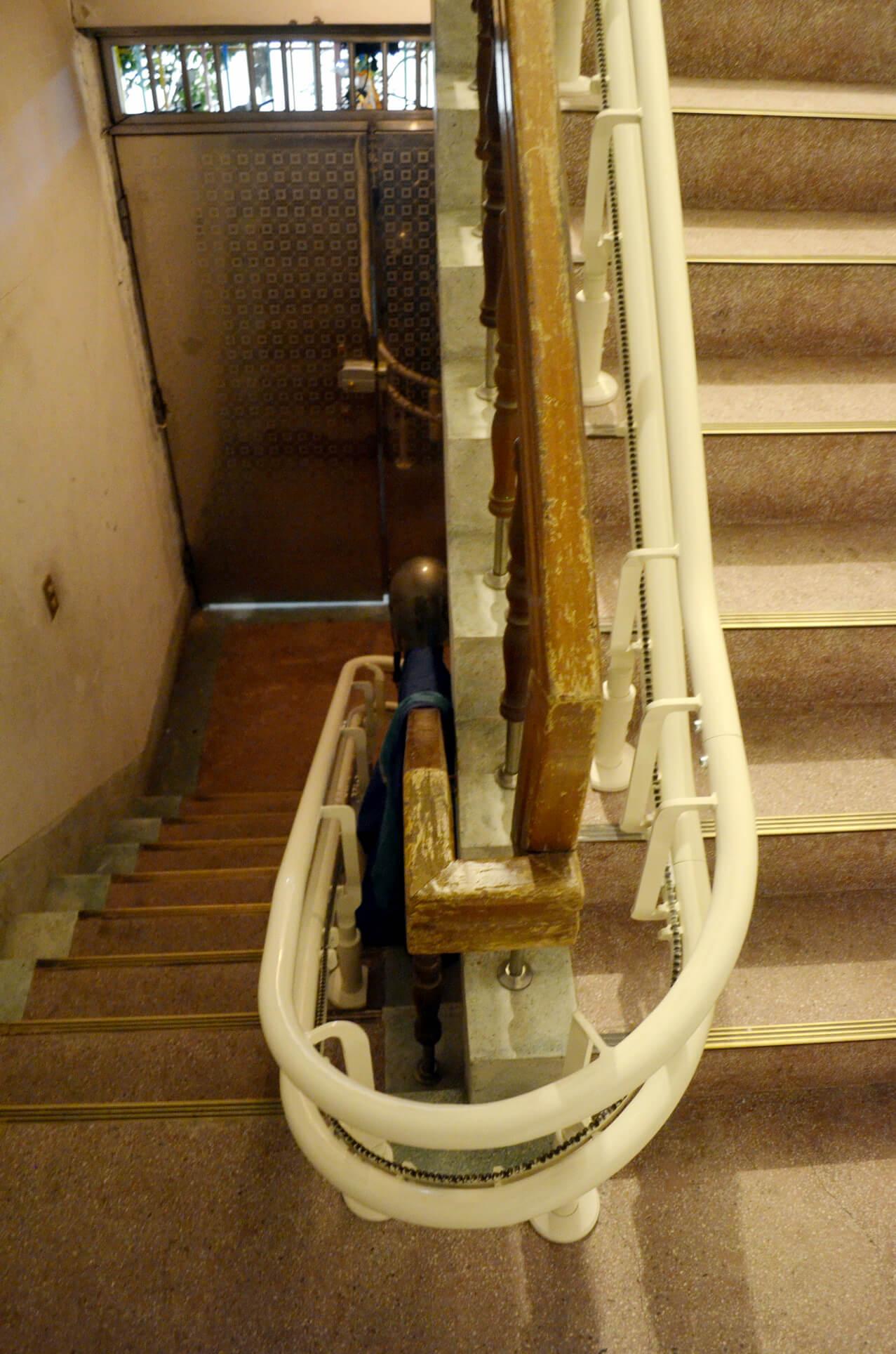 升降椅軌道緊鄰扶手,一點也不佔空間唷