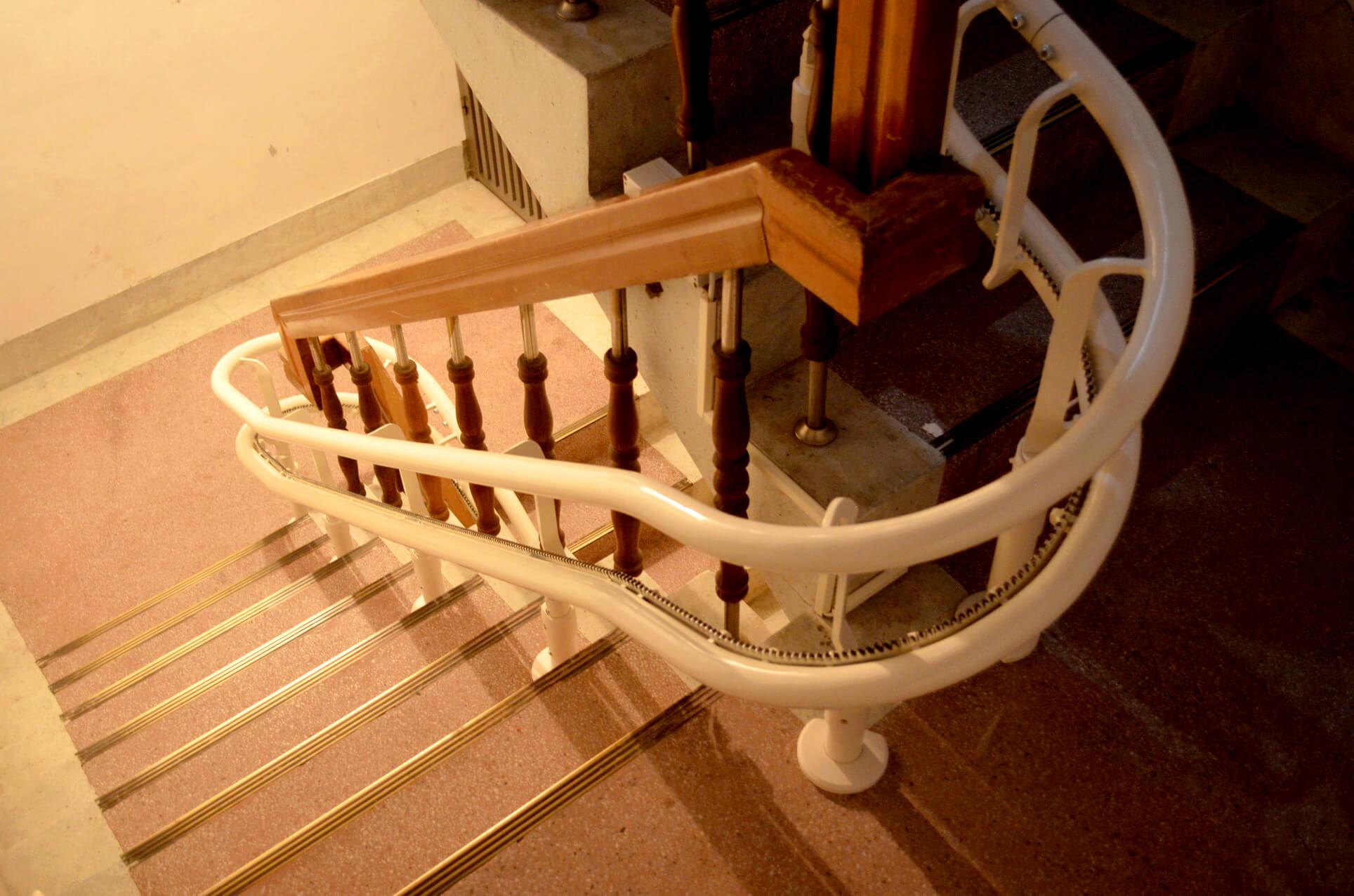 公寓升降椅可乘載130公斤,穩定度百分百