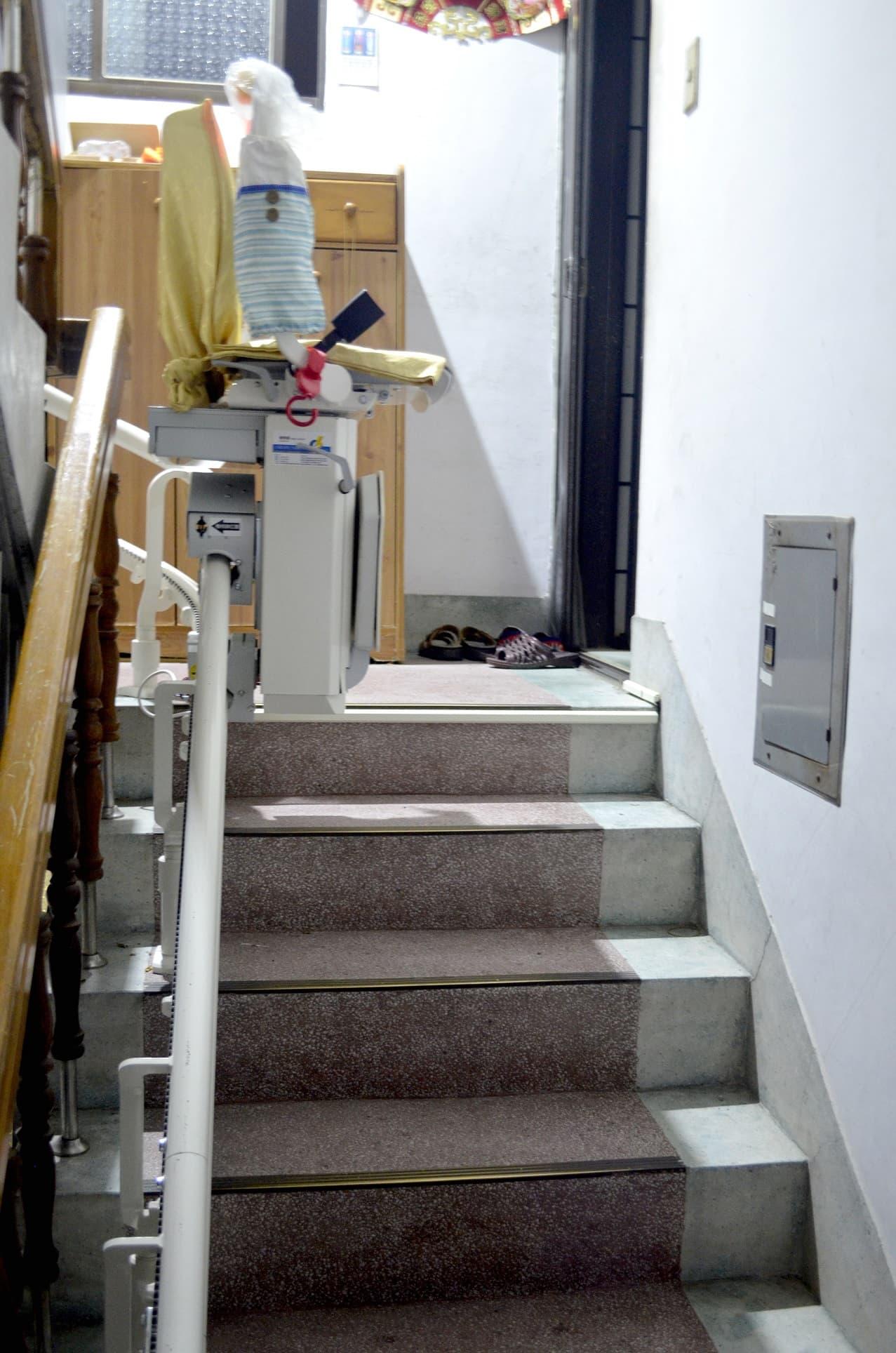 升降椅不使用時,可以輕鬆的收折座椅