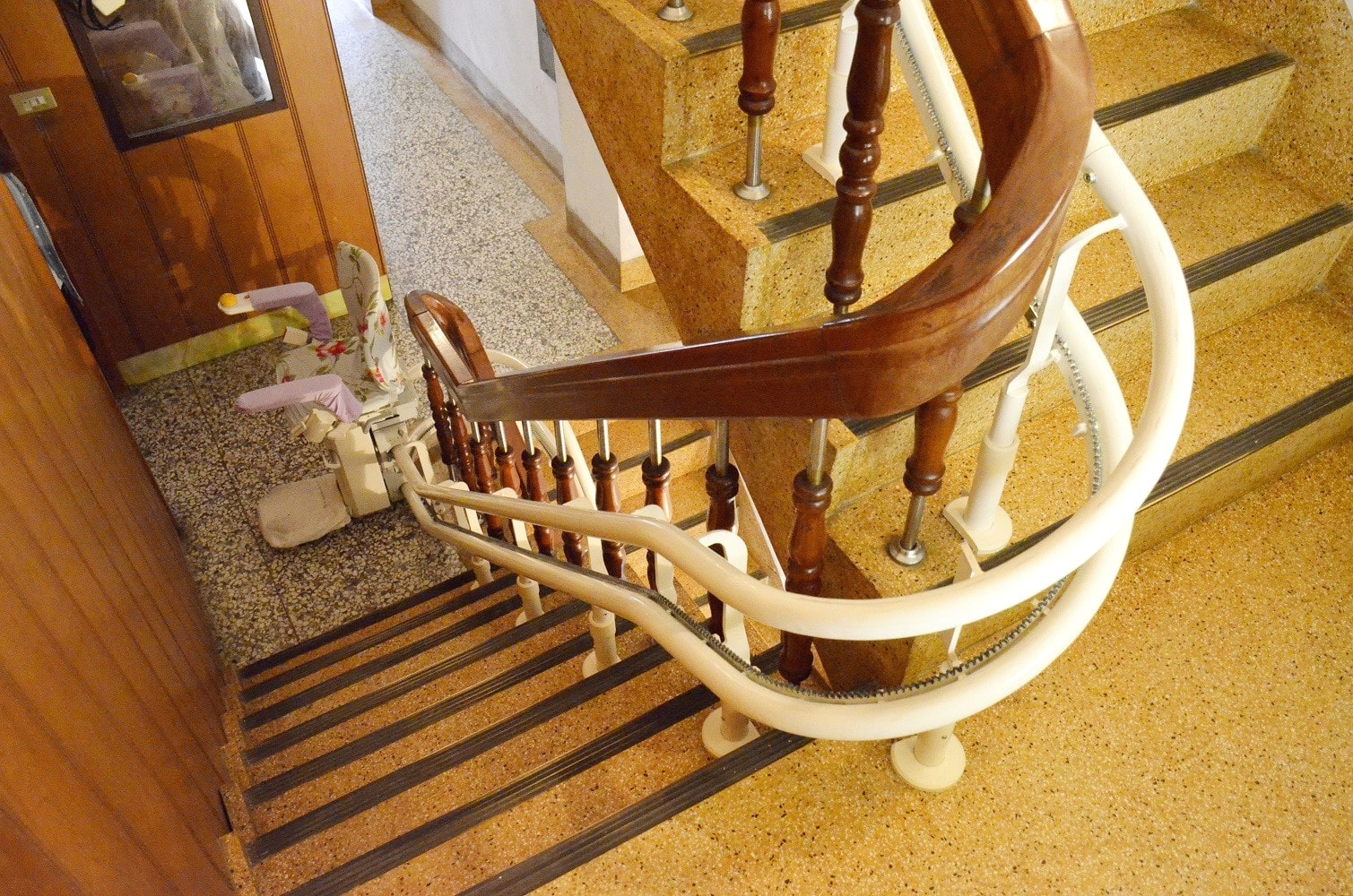 樓梯只要有69公分就可安裝升降椅