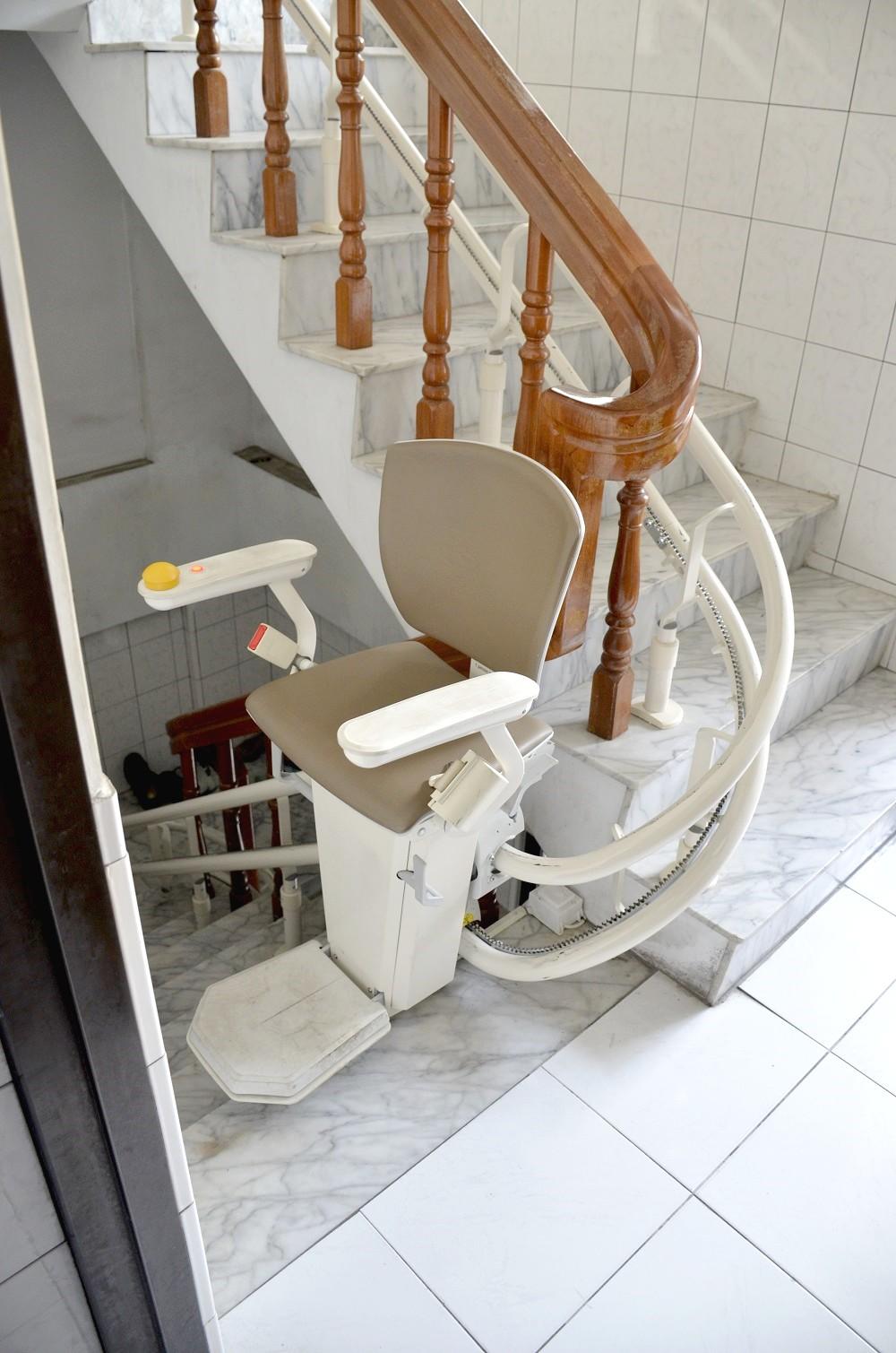 電梯座椅附有包覆性腰帶
