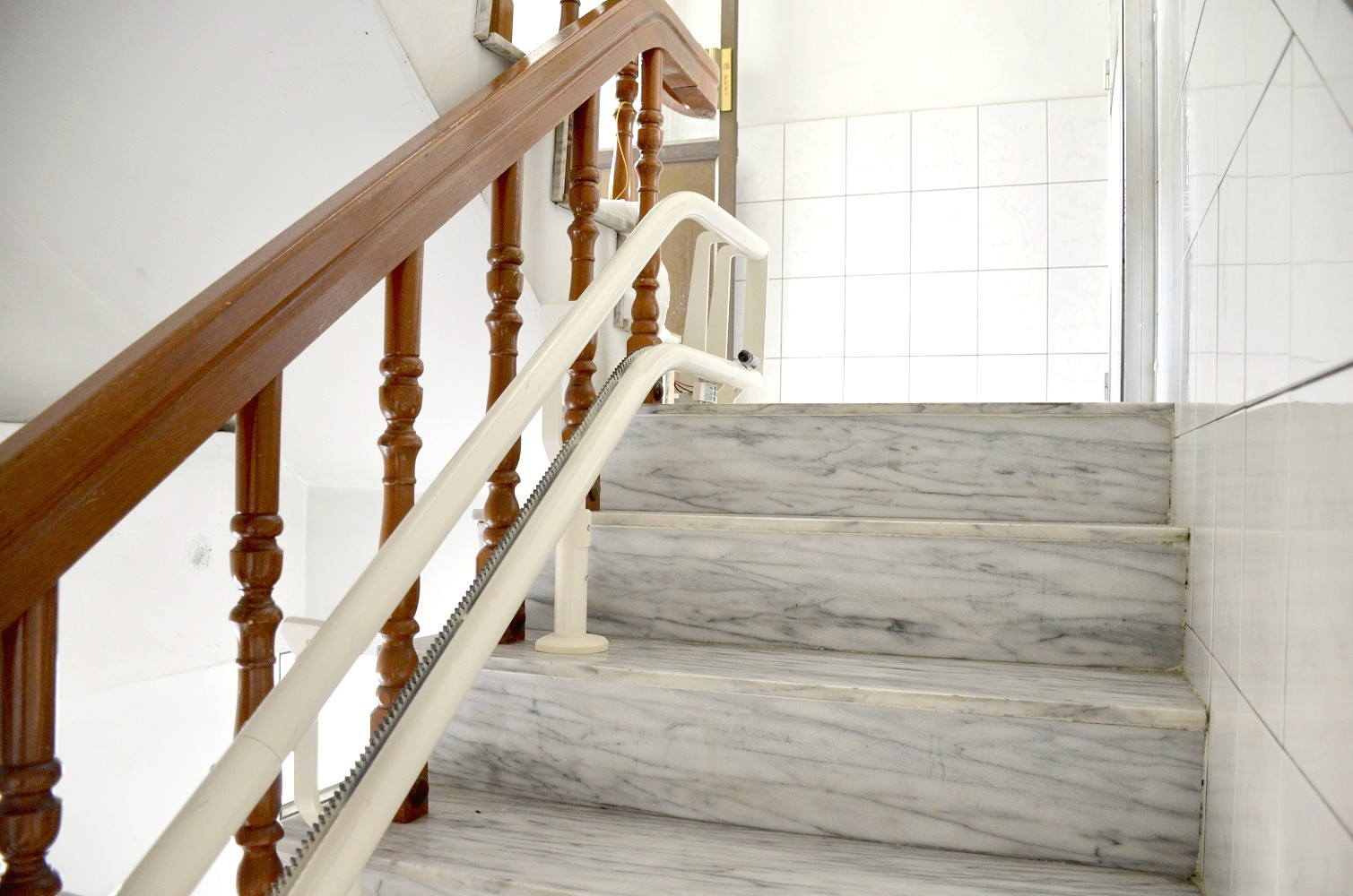 樓梯椅軌道緊鄰扶手,不佔用樓梯的使用空間