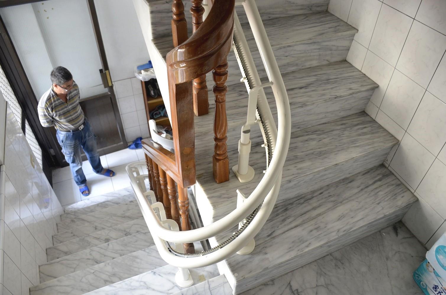 泓電獨特彎曲技術,量身打造最符合居家的升降椅軌道