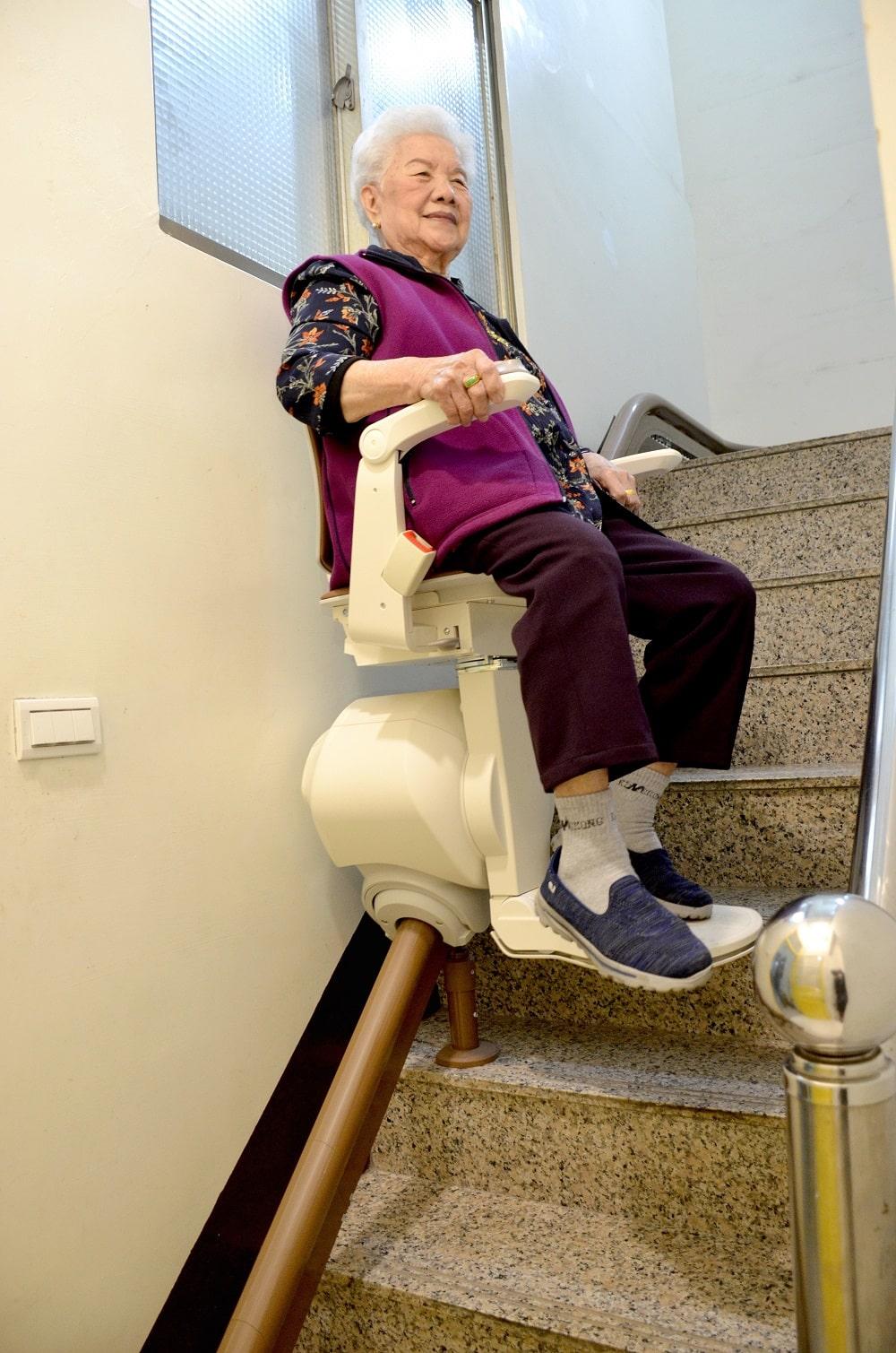 泓電樓梯升降椅,讓南投阿嬤爬梯更輕鬆