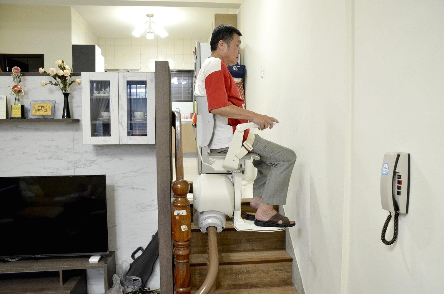 泓電樓梯升降椅,讓台中陳大哥爬梯更輕鬆