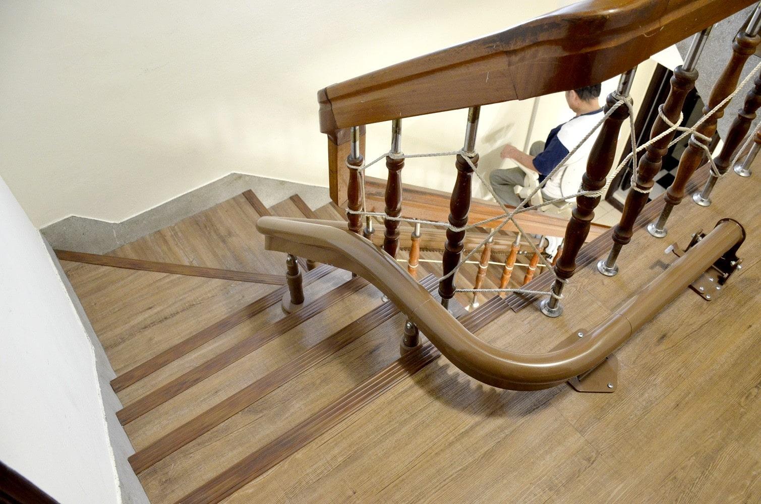台中陳大哥一家好評的樓梯升降椅