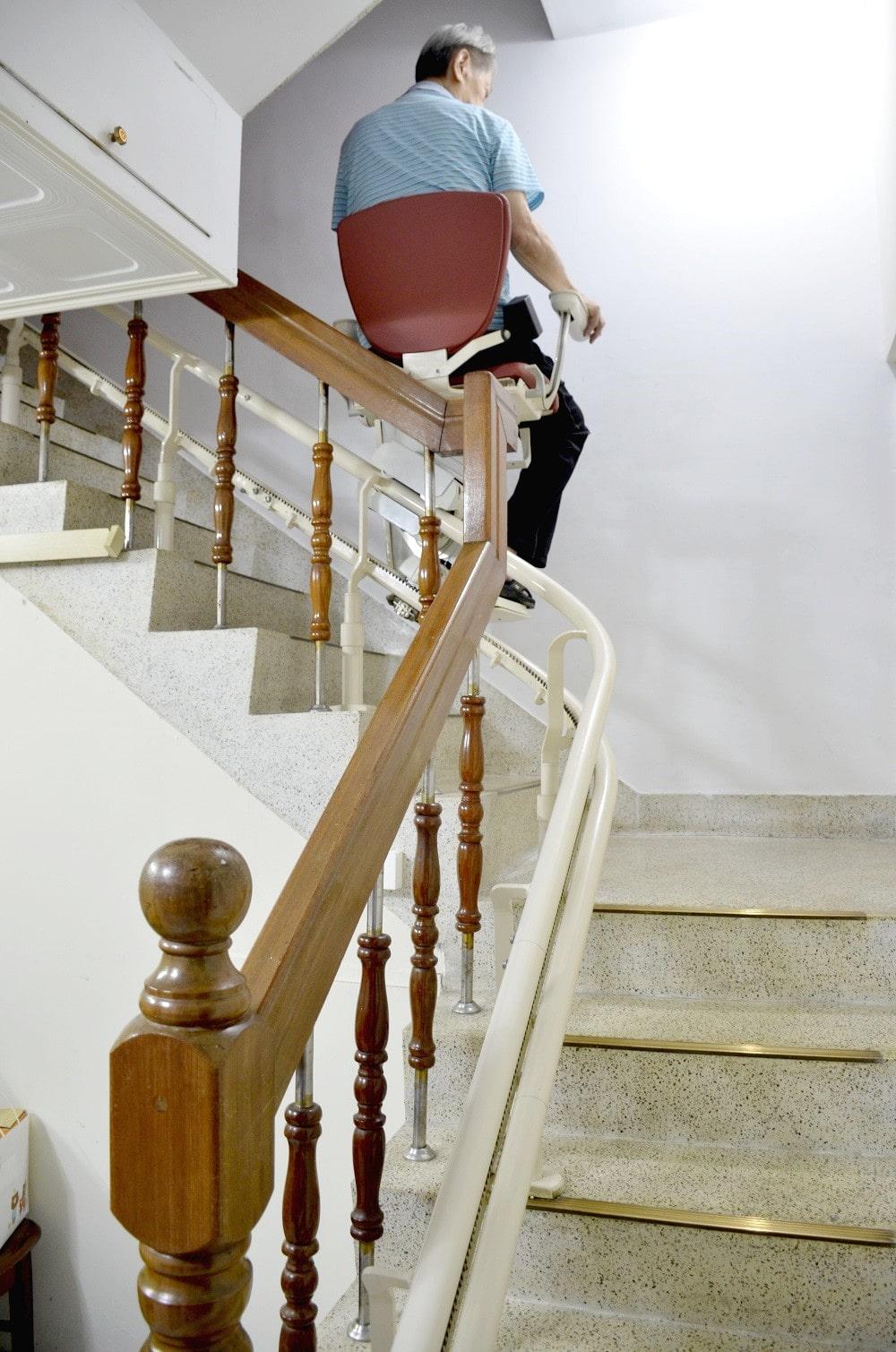 泓電樓梯升降椅,讓台中白大哥爬梯更輕鬆