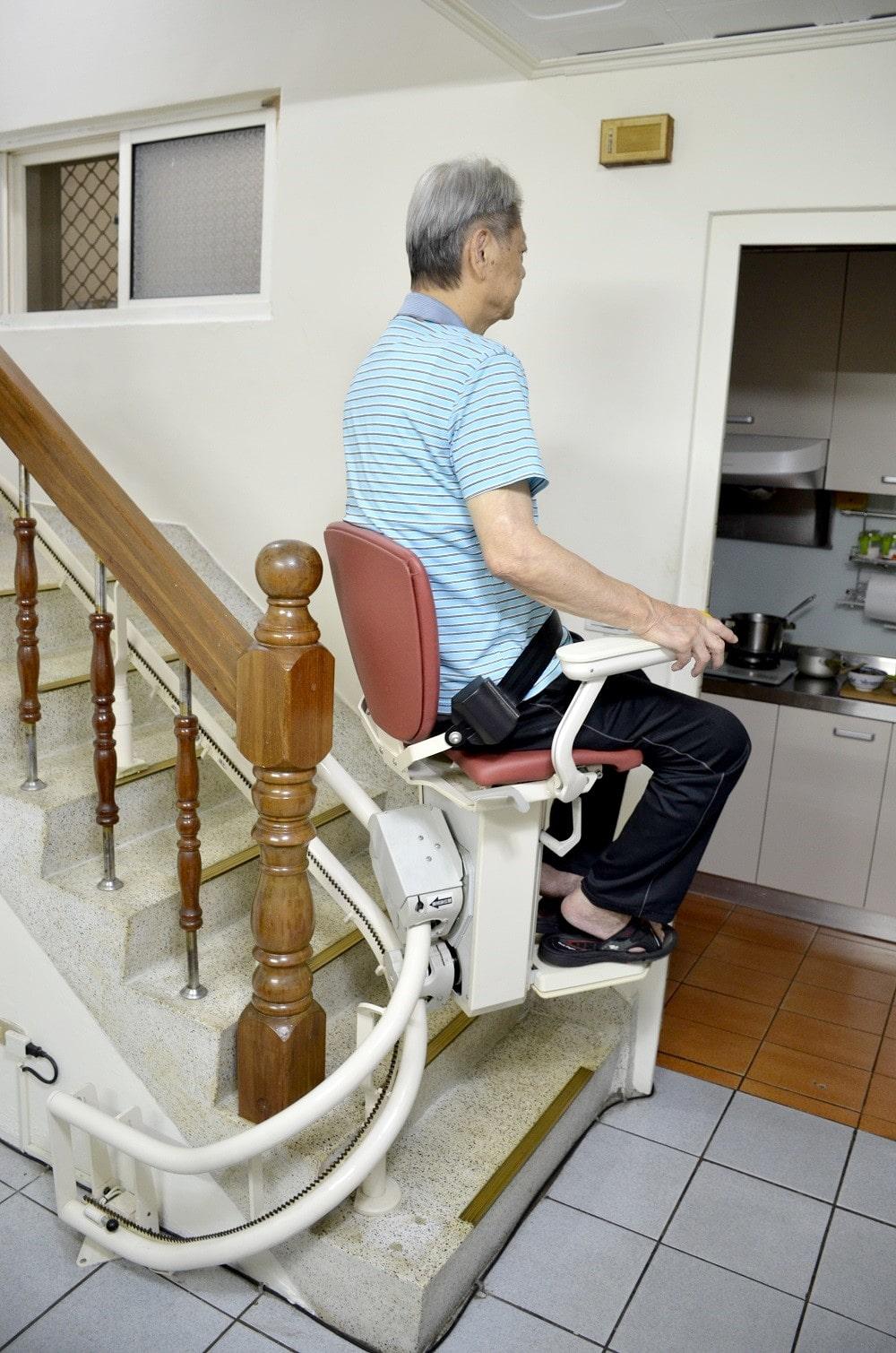 台中白大哥和太太好評的樓梯升降椅