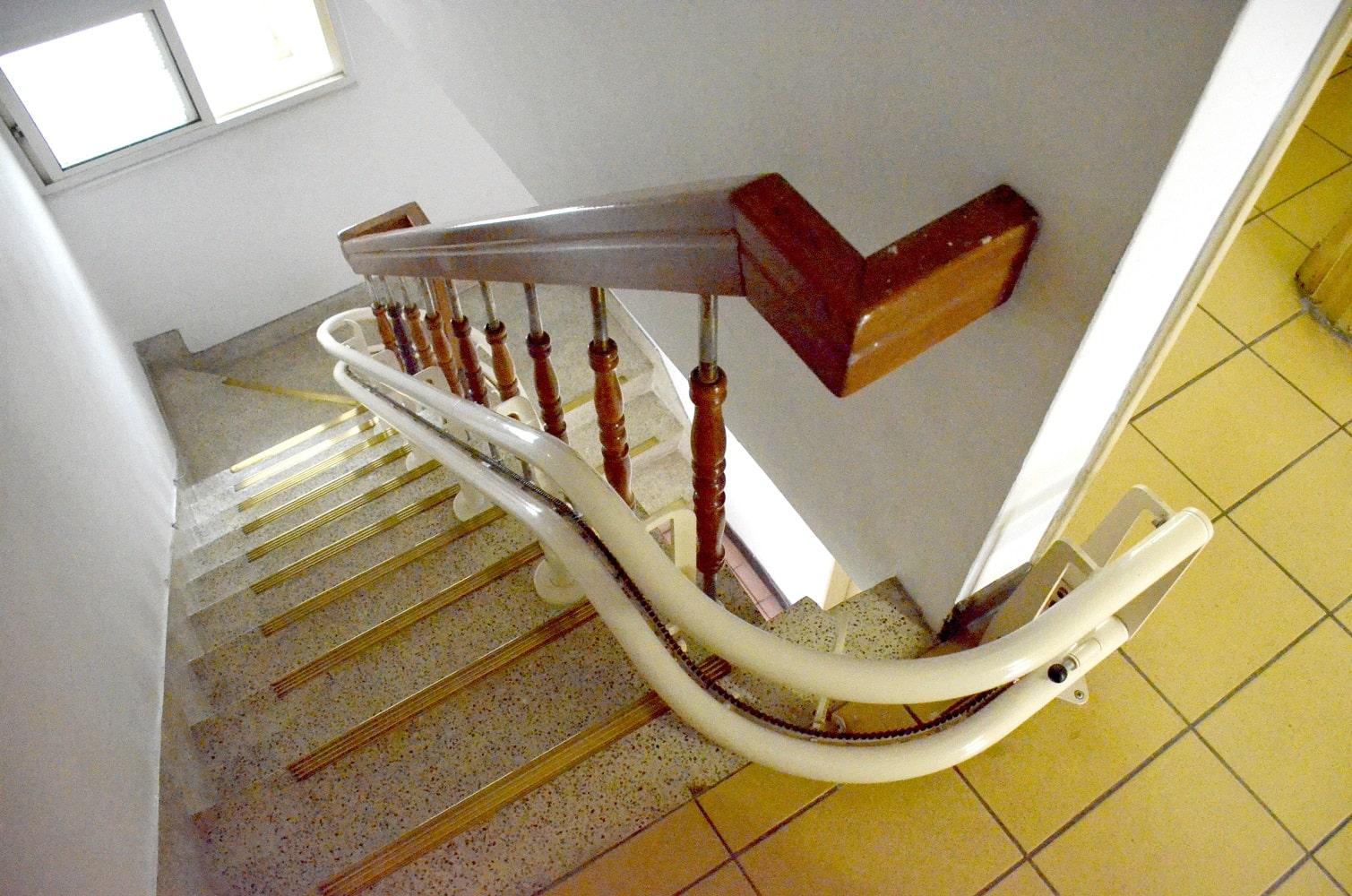 軌道緊鄰扶手,不佔用樓梯的使用空間