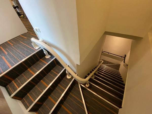 兩段式旋轉,安全轉向梯口。
