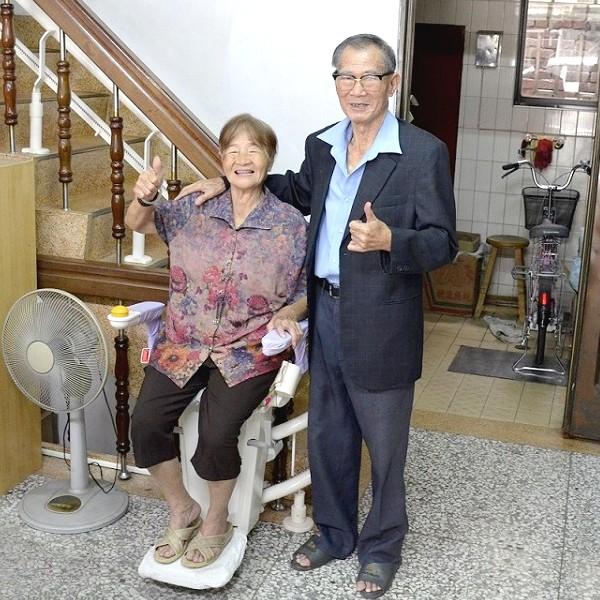 有了泓電升降椅,爸媽爬梯不再心慌慌